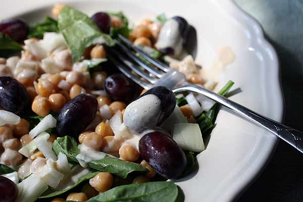 Chickpea salad with grapes and spinach